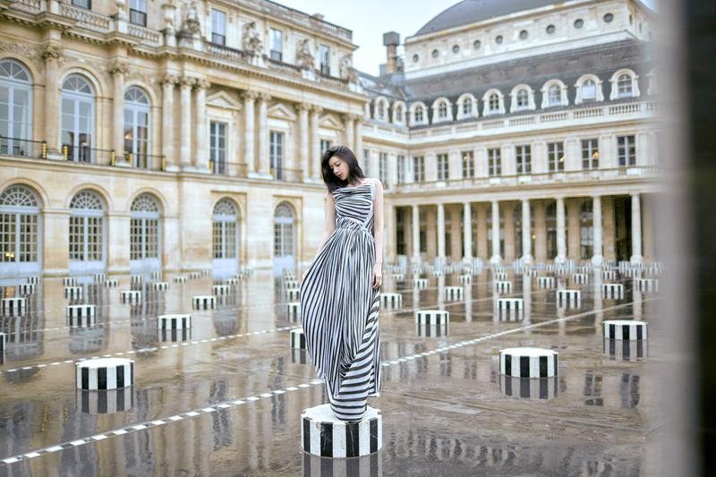 郭雪芙在皇家公園裡,以一席黑白條紋禮服站在黑白圓柱上。(好妙娛樂提供)