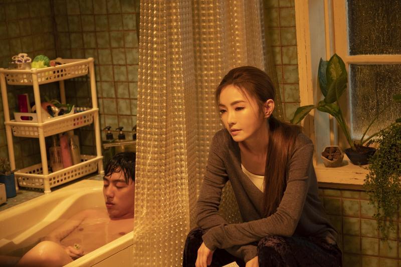 蔡凡熙與片中飾演他大姊的謝金燕在浴室裡談心,他穿一條小內褲躺在浴缸裡,謝金燕笑稱「不知該看哪裡好」。(群星瑞智提供)