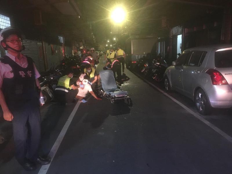 警消將被砍的傷者送醫救治。(翻攝畫面)