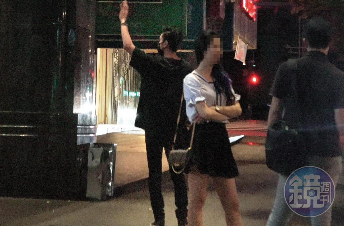02:12 抽完菸後,張雁名回到KTV門口,往裡頭招了招手,感覺是在叫什麼人。