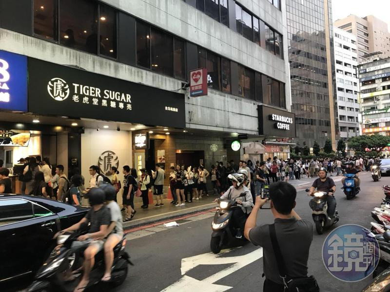 老虎堂台北站前店人潮滿滿,民眾搶著排滿一送一優惠。