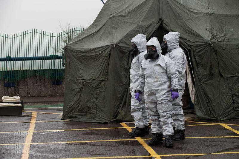 今年三月,前俄羅斯特務遭神經毒劑攻擊後,英國軍方出動人員清除可能遭污染的車輛。(東方IC)