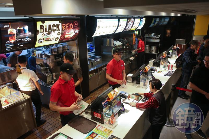 速食業龍頭麥當勞,響應政府政策調高計時人員時薪。
