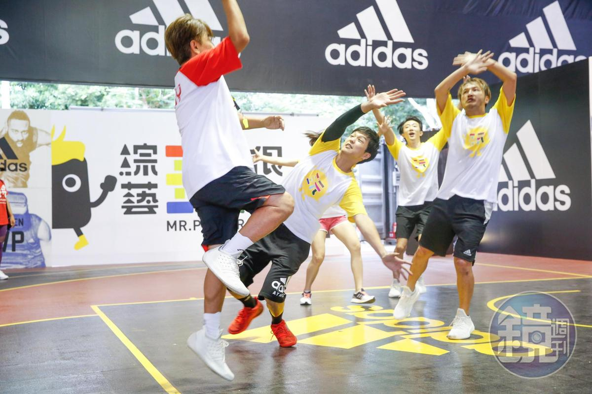 吳宗憲和藝人們打籃球,二隊為了贏互不相讓。