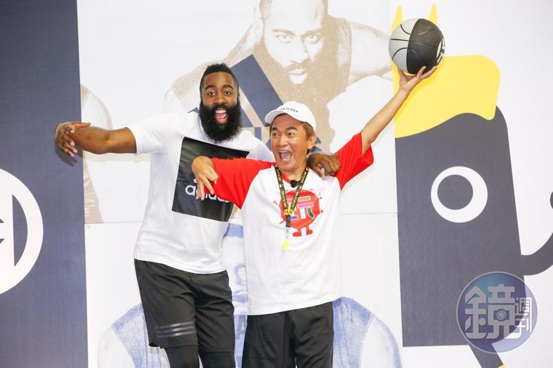哈登首次登上台灣綜藝節目,和藝人們PK籃球賽。