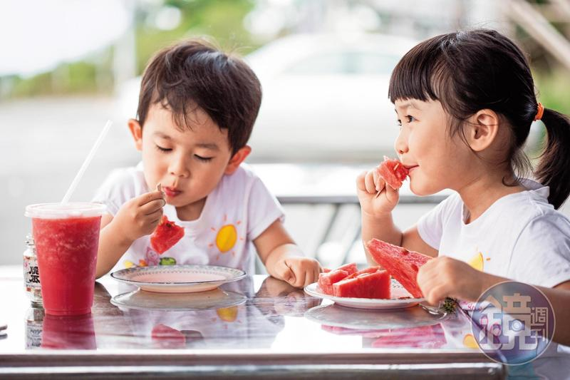 炎熱的夏季裡,小客人吃西瓜吃得不亦樂乎。