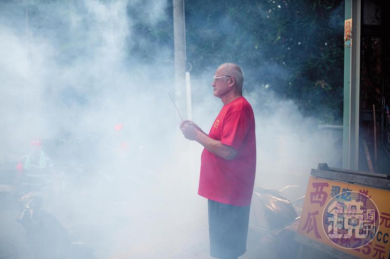 許東水在買賣西瓜中學會敬天敬神,採訪當天白沙屯媽祖遶境恰巧經過,他特地持香祭拜。