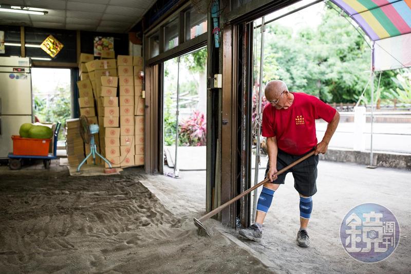為了妥善存放西瓜,西瓜許特地在店裡闢了一區沙地。