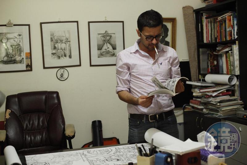 薩巴拿在工作室一角打造自己的小圖書館。