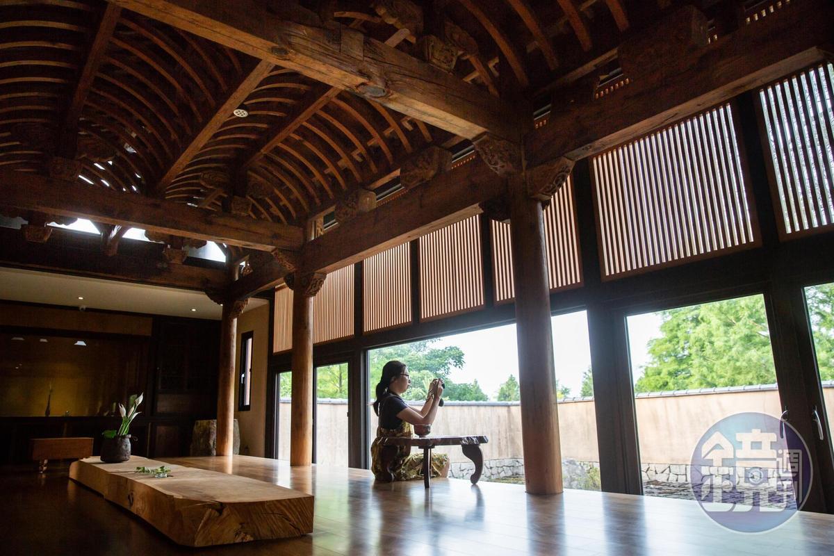 「何留」的茶庭,木結構來自安徽老宅,一柱一梁原樣修復而成。
