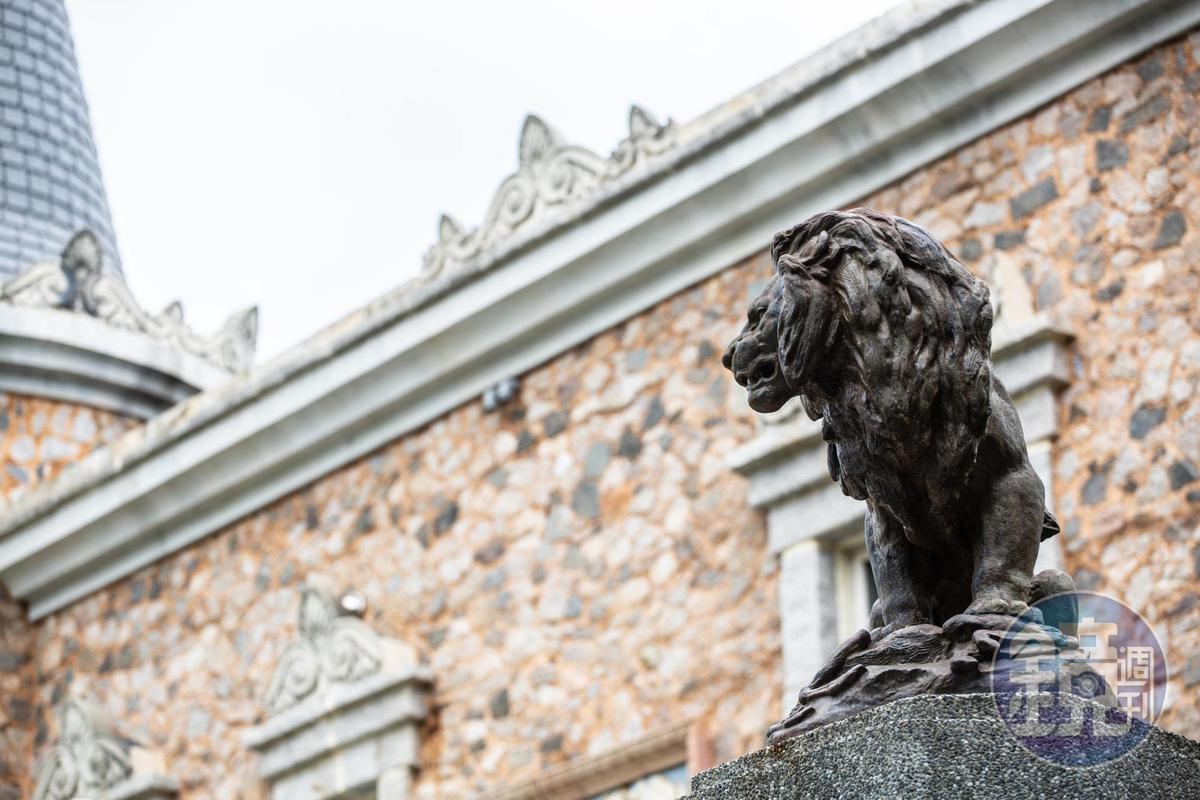 花園立柱上,矗立購自歐洲的19世紀鐵獅子。