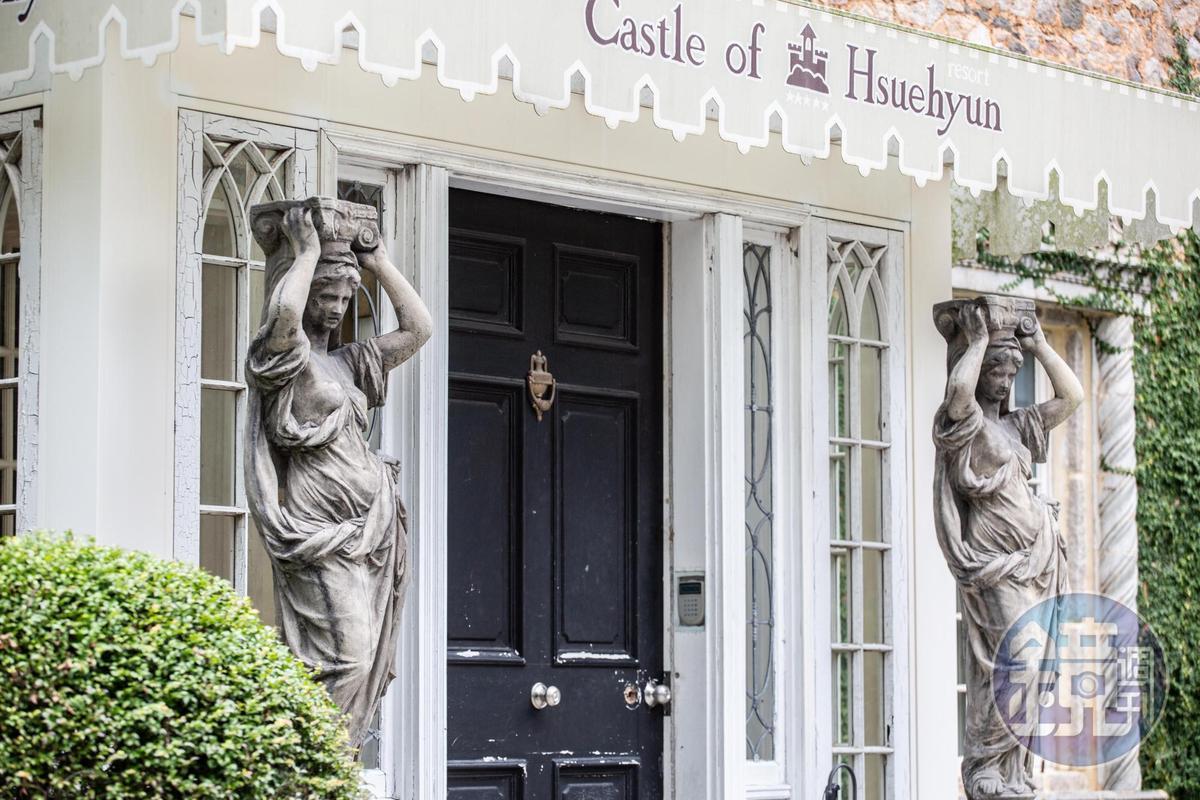 「雪雲城堡」玄關大門外的大理石雕塑藝品。