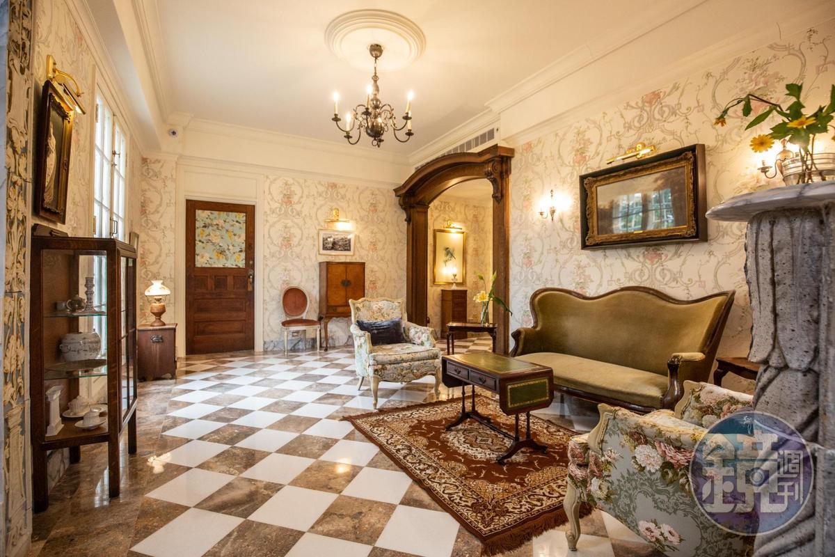 城堡客廳內的雕塑、傢俱沙發、燈飾,都是留有歲月痕跡的骨董。