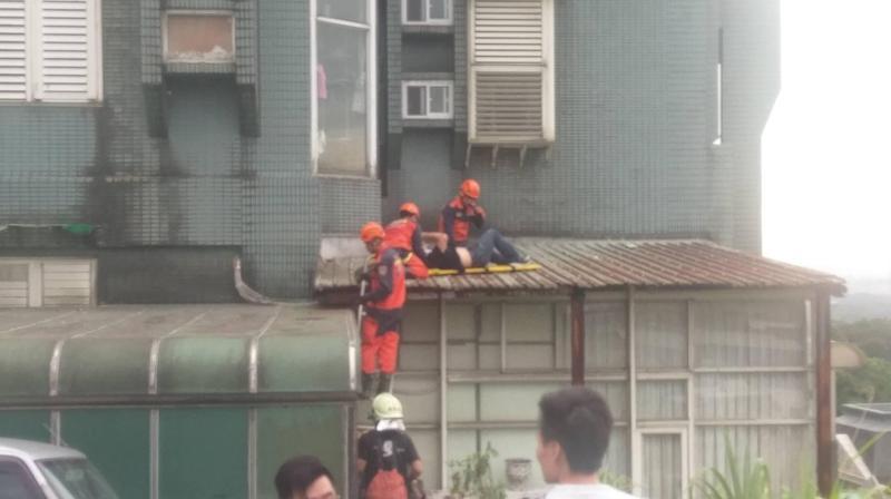 陳員試圖將嫌犯拉回屋內,自己卻不慎墜落。(翻攝畫面)