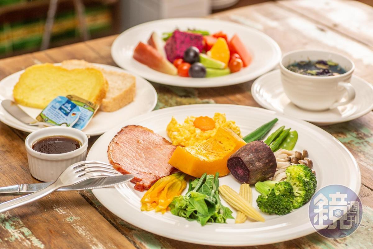 來自菜園的現摘蔬果,成了民宿客人最健康的豐盛早餐。