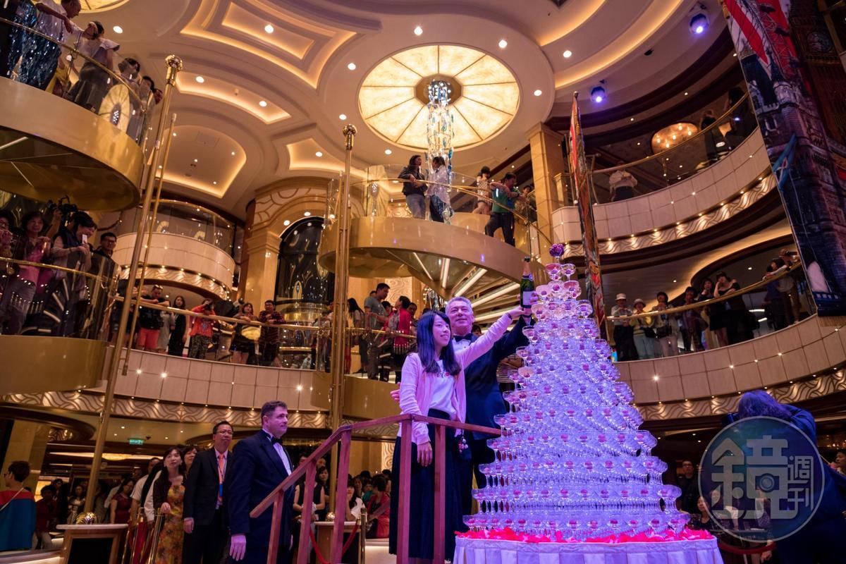 香檳瀑布是公主遊輪最具有特色的歡迎派對。