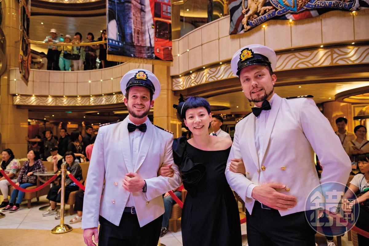 穿著制服的船員會在一旁與遊客合影。