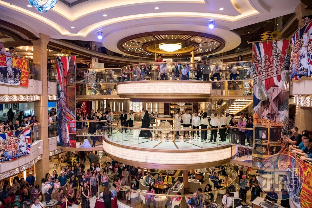 每當香檳瀑布派對要舉行時,中庭大廳就會擠滿圍觀的遊客。