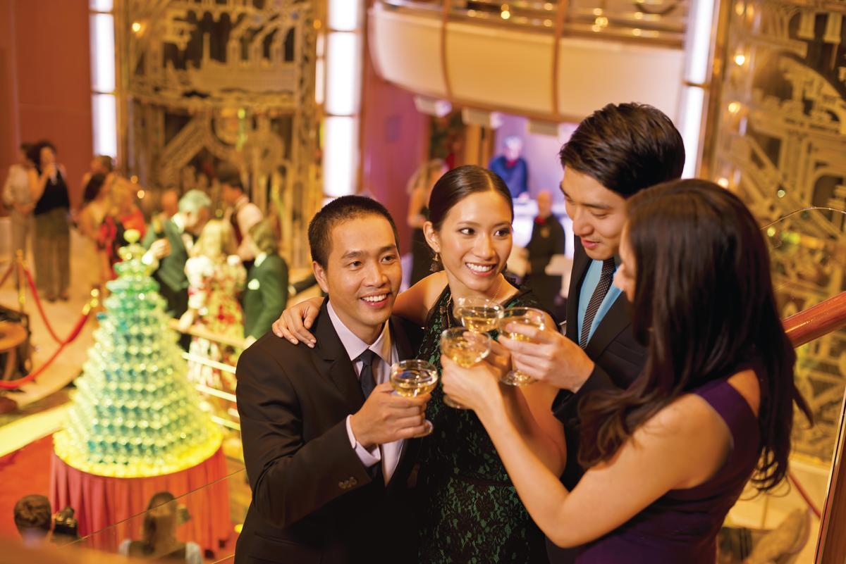 穿件正式服裝參加香檳派對,能更融入船長之夜的優雅氣氛裡。(公主遊輪提供)