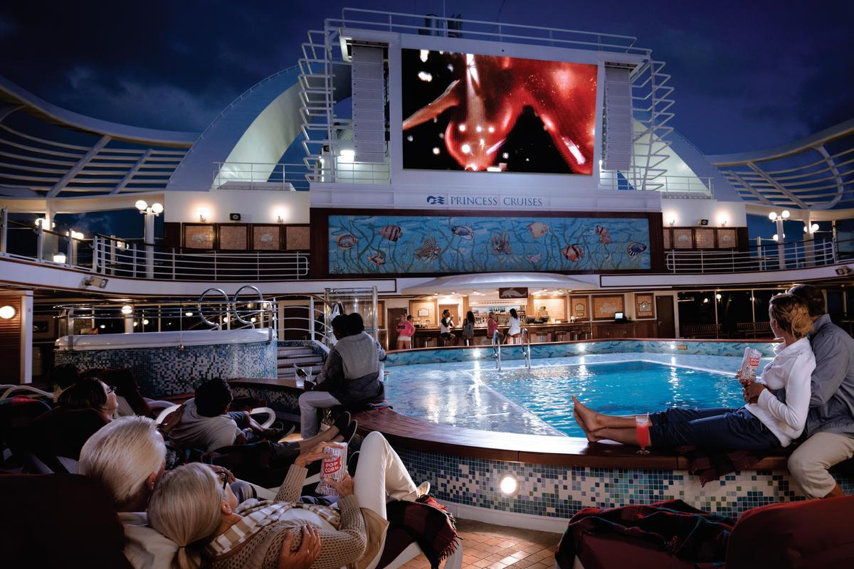 位於泳池畔的「露天星空電影院」是公主遊輪的原創設施之一,能在星空下觀賞精彩電影或是大型體育賽事。(公主遊輪提供)