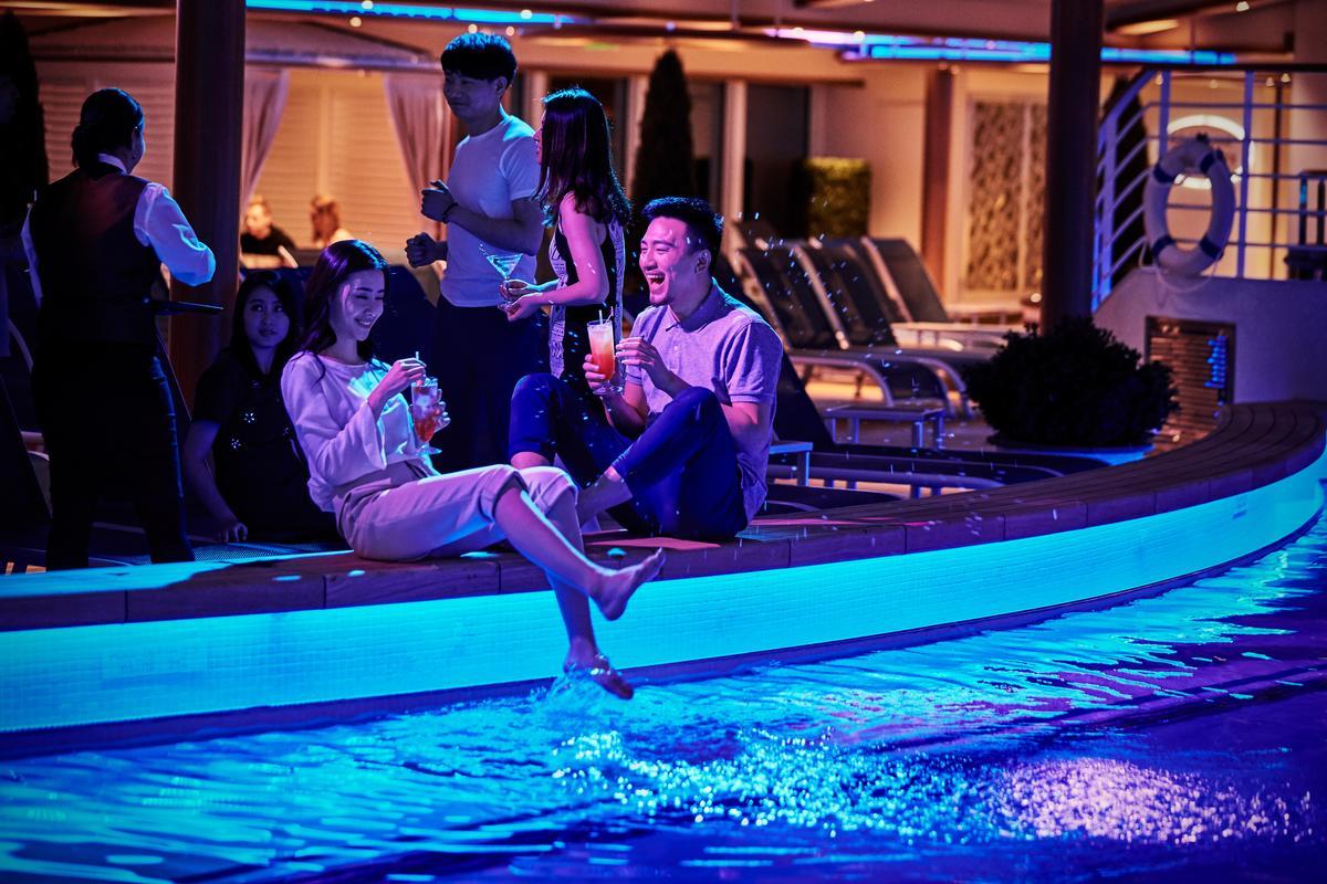 就算不游泳,也能到「好萊塢泳池俱樂部」享受有冷氣的日光浴,晚上也是氣氛很棒的小酌去處。(公主遊輪提供)