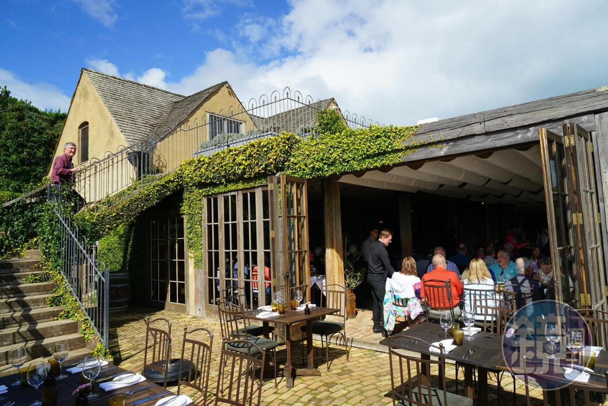 「Mudbrick Restaurant and Vineyard」既是西餐廳,也是葡萄酒莊。