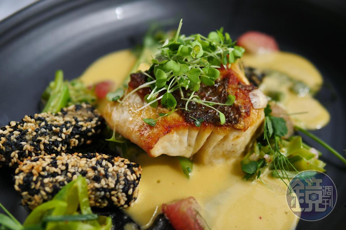 主菜「每日鮮魚」煎到表皮焦黃,蘸著味噌醬吃,酥嫩鹹甘,裹著芝麻粒的炸蝦條,鮮香可口。(午間套餐菜色,83美元/人,約NT$2490)