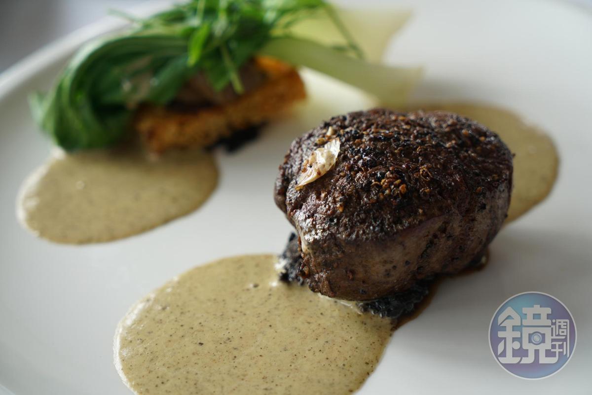 主菜「安格斯肋眼菲力」有滿滿松露鋪底,相當奢華,牛肉富有嚼勁。(午間套餐菜色,83美元/人,約NT$2490)