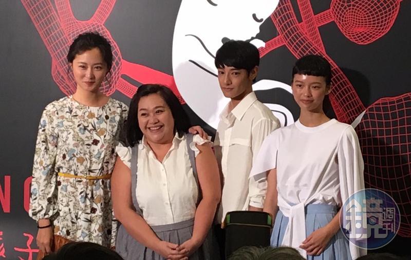 鍾欣凌(左二)在《貓的孩子》中飾演嘶吼型的母親,她透露平常也常會罵小孩。