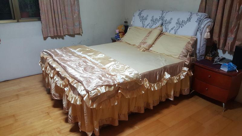 有網友於「爆怨公社」po出一張布置好的「床照」,他不解為何被媽媽嫌棄難看、不吉利。(翻攝自爆怨公社)