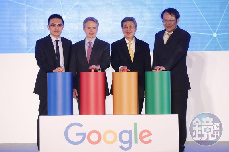 副總統陳建仁(右二)、Google台灣董事總經理簡立峰(右一)3月份時參與智慧台灣計畫啟動典禮。