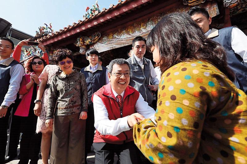 陳建仁雖為虔誠天主教徒,但因副總統身分,逢年過節也走遍民間廟宇,與群眾互動。(總統府提供)