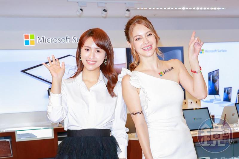 Sandy吳姍儒(左)與安妮為微軟旗艦店開幕剪綵。