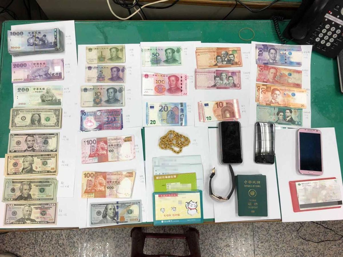 警方在詐騙集團機房查獲大量贓證物。(刑事局提供)