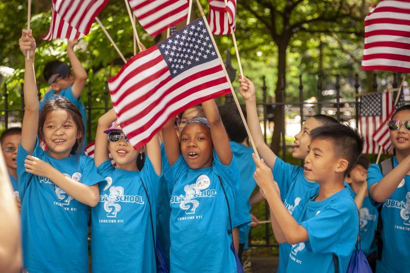 美國紐約市不同族裔兒童揮舞美國國旗慶祝6月14日「國旗日」。(東方IC)