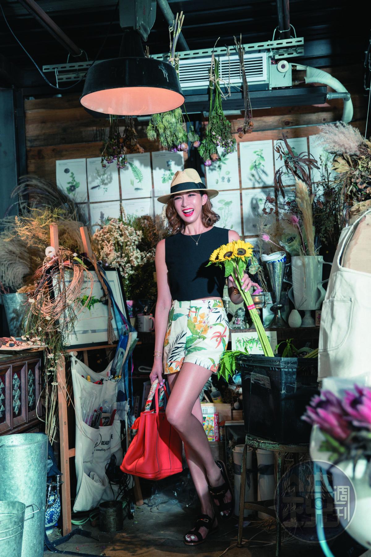 ZARA黑色背心,約NT$1,000;ZARA花卉圖騰短褲,約NT$1,300;TOD'S涼鞋,約NT$18,000;MILANI草帽,約NT$3,000;HERMÈS Garden Party橘色包,老公贈送;單顆圓鑽項鍊,是7位姐妹淘1人1條的項鍊,約NT$20,000;ARTIFACTS手飾組,朋友贈送。