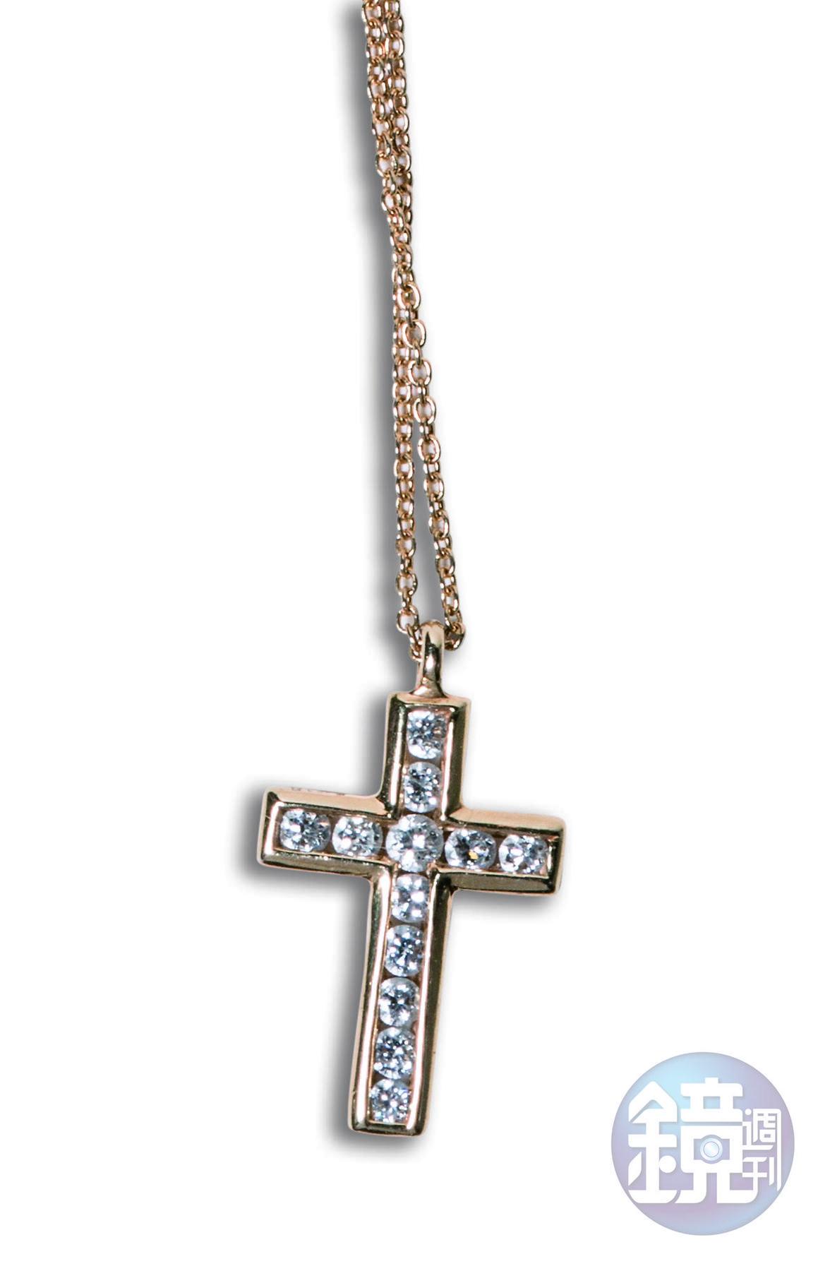 十字架鑽石項鍊,朋友贈送。