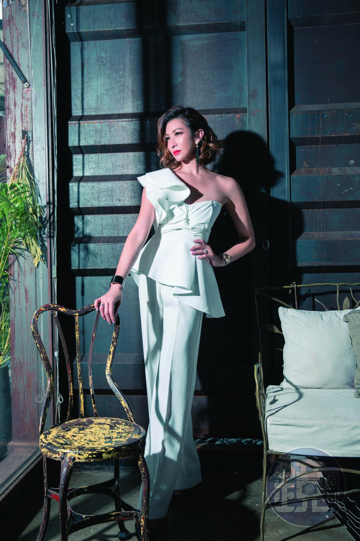 BLACK SUGAR白色荷葉邊上衣,約NT$3,500;ZARA白色長褲,約NT$2,000;PRADA黑色高跟鞋,約NT$30,000。