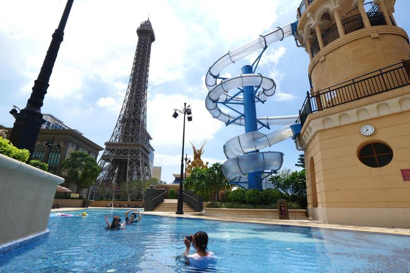 一邊游泳,一邊欣賞巴黎鐵塔,這種角度只有在澳門才有。