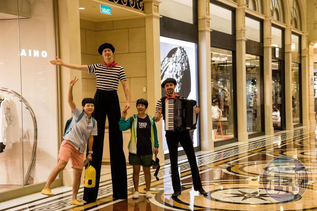 走在酒店內,可以遇到不少街頭藝人。