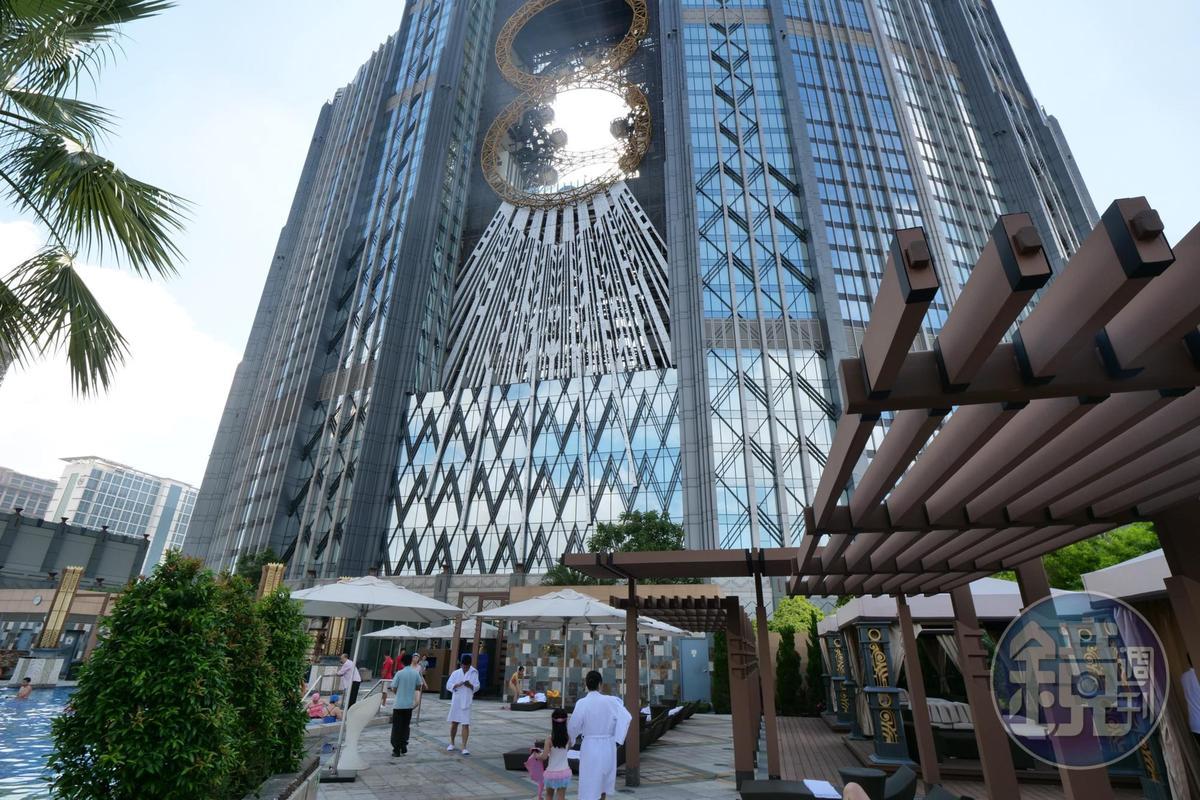 夾在酒店兩建築中央的8字型摩天輪,是到此一定要體驗的設施。