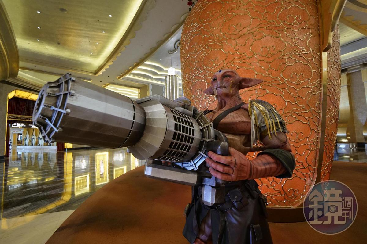 拿著各種武器及姿勢的外星人,都出現在酒店內