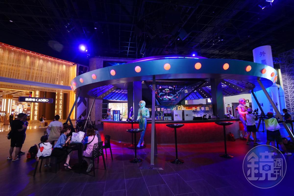 「太空酒吧」外觀是飛碟形狀,場內還有外星人陪伴喝酒。