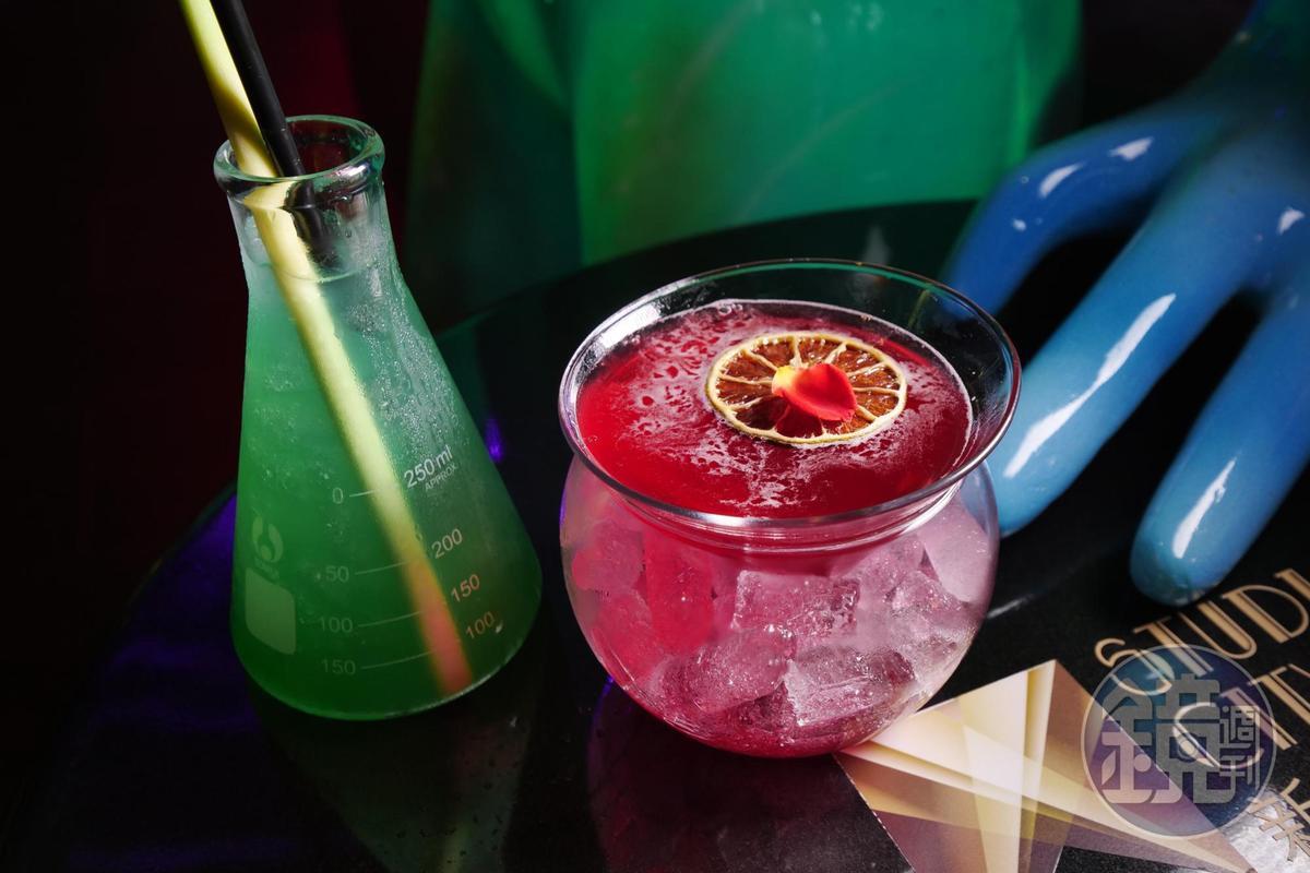 太空酒吧的特調飲品,「不明物體」和「外星之戀」兩杯調酒顏色都很激烈。(澳門幣50元/杯,約NT$190)