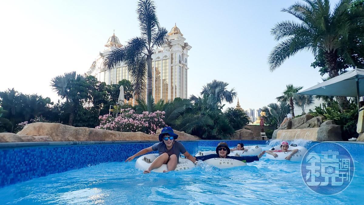 趴在水上,悠閒漂過,是夏天才有的享受。
