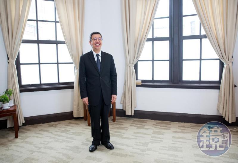 陳建仁早年父親要他從政接班,但他醉心科學研究而拒絕了,2003年SARAS他會從學界走到政界,接任衛生署長,他說那是科學家的任務,他責無旁貸。