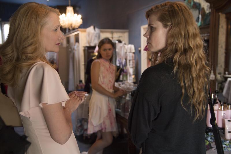 艾美亞當斯演出《控制》原作者另一部作品改編的同名迷你劇《利器》,她在片中與派翠西亞克拉克森飾演一對母女。(HBO提供)