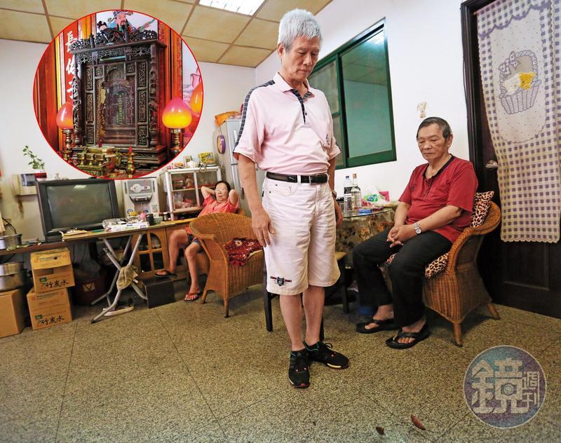 李建宏(右2)向神主牌擲筊祈願,希望與建商的公廳之爭能圓滿落幕。
