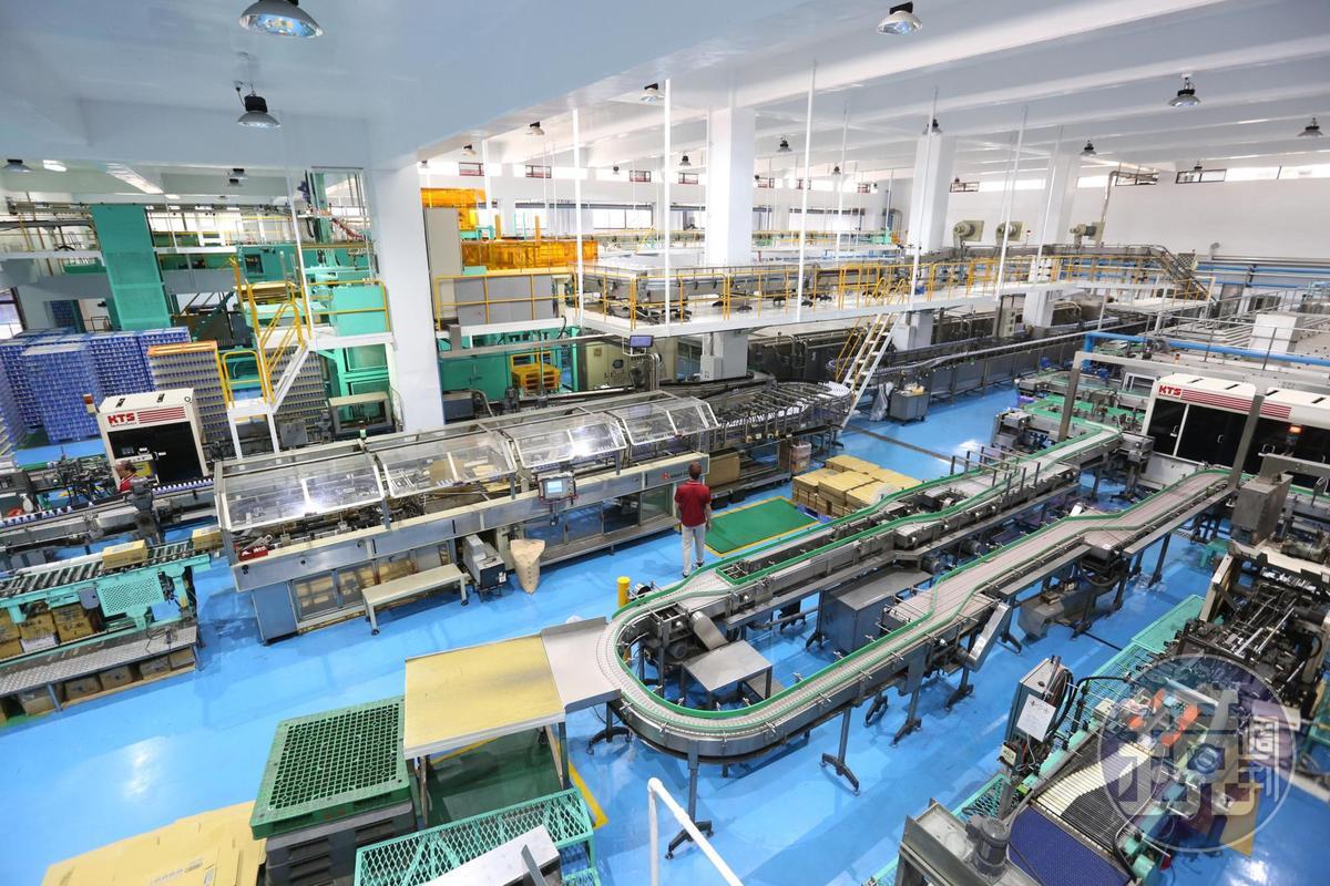 身為國內飲料大廠,金車投資自動化生產不手軟,有全亞洲最高速產能的罐裝咖啡生產線。