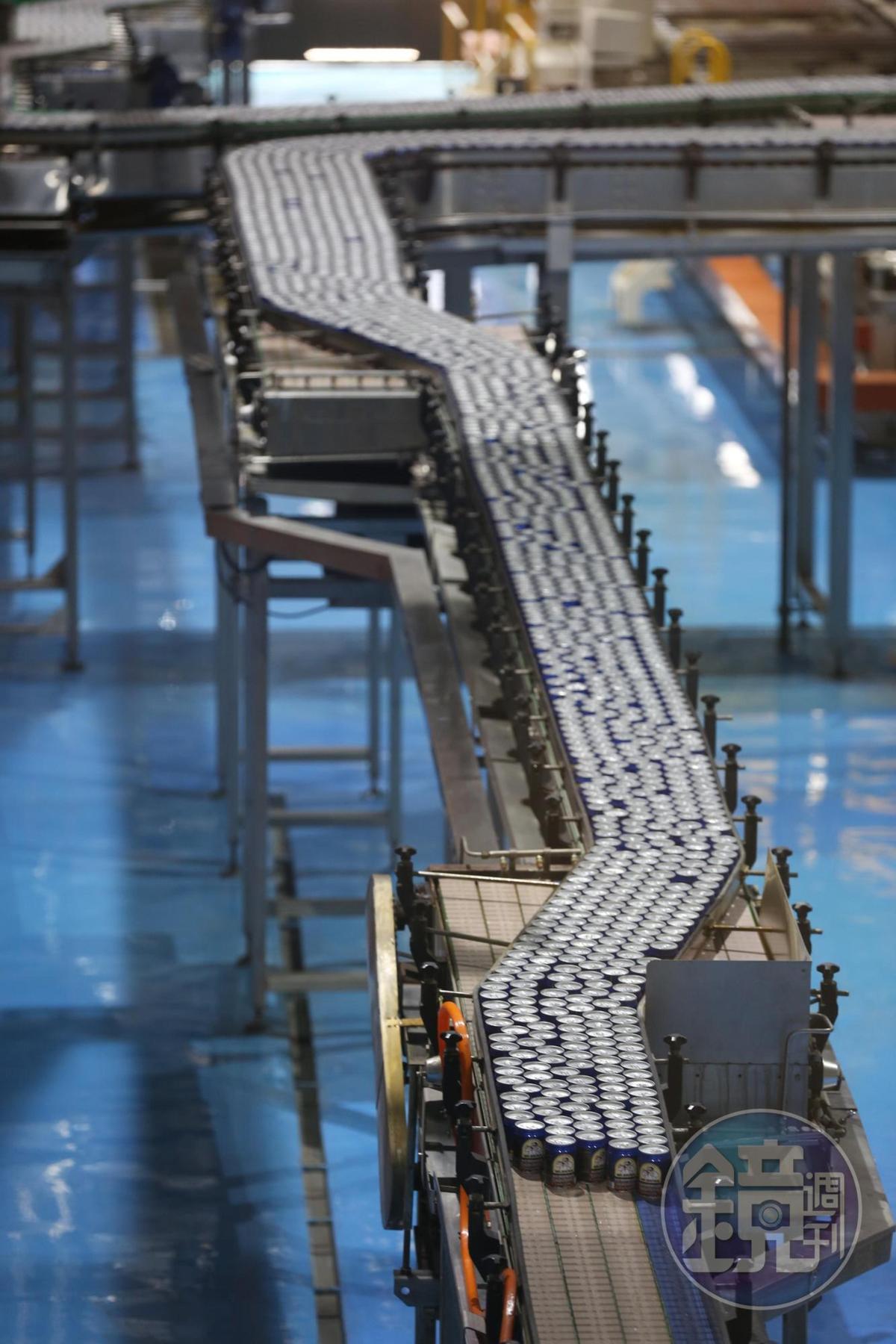 伯朗咖啡從鋁罐外殼生產、包裝、充填皆採全自動產線,1分鐘可生產1,500瓶。